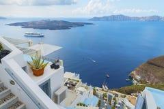 Schöne Architektur der Griechehäuser und des romantischen Panoramablicks auf Kessel und vulcan Insel Santorini (Thira) Lizenzfreie Stockfotografie