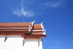 Schöne Architektur des Tempeldachs mit Naga Stockfoto