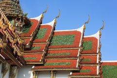 Schöne Architektur des Tempeldachs mit Naga Stockfotos