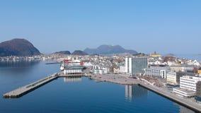 Schöne Architektur von Alesund-Stadt am sonnigen Tag in Norwegen stock footage