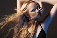 Schöne Art und Weisebaumusterfrau mit dem langen glänzenden Haar stockbilder