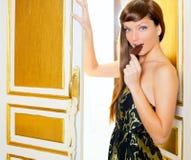 Schöne Art und Weisefrau, die Schokolade isst Lizenzfreies Stockfoto