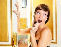 Schöne Art und Weisefrau, die Schokolade isst Stockfotografie