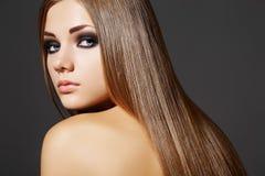 Schöne Art und Weisefrau mit dem langen geraden Haar Stockbild