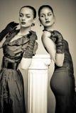 Schöne Art und Weisemädchen auf dem grauen Hintergrund lizenzfreies stockbild