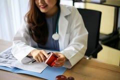 Schöne Arztmedizindoktor- oder -apothekerleseanmerkungen stockfotografie