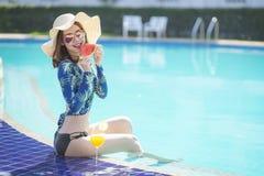 Schöne Asain-Frauen mit Bikini genießen Sommerferien lizenzfreie stockfotografie