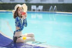 Schöne Asain-Frauen mit Bikini genießen Sommerferien stockbilder