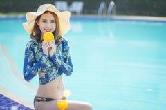 Schöne Asain-Frauen mit Bikini genießen Sommerferien stockfotografie