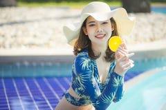 Schöne Asain-Frauen mit Bikini genießen Sommerferien stockfotos
