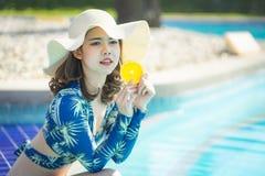 Schöne Asain-Frauen mit Bikini genießen Sommerferien stockbild