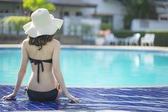 Schöne Asain-Frauen mit Bikini genießen Sommerferien lizenzfreie stockfotos