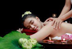 schöne Asiatin, die Massage in der Badekurortumwelt hat stockfotografie
