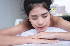 Schöne Asiatin, die mit Handmassagebehandlung an sich entspannt zu sein- lizenzfreie stockfotos