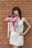 Schöne Asiatin mit Blumenblumenstrauß stockbild