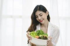 Schöne Asiatin mit gesunder Nahrung stockfotos