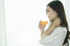 Schöne Asiatin mit gesunder Nahrung lizenzfreie stockbilder