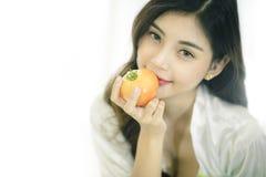 Schöne Asiatin mit gesunder Nahrung stockbild