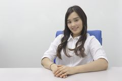 Schöne asiatische Bürodame im Büro lizenzfreie stockfotos