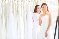 Schöne asiatische Braut versuchen auf einer Halskette, smilling Leute, weiches f lizenzfreies stockfoto