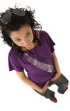 Schöne asiatische Brunettefrau im violetten T-Shirt lokalisiert Stockbilder