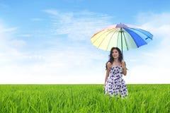 Schöne asiatische Frau auf Reis-Feld lizenzfreie stockfotos