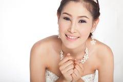 Schöne asiatische Frau des Porträts im weißen Hochzeitskleid stockfoto