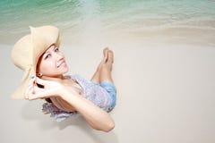 Schöne asiatische Frau, die auf dem Strand sich entspannt Stockbilder