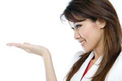 Schöne asiatische Frau, die Ihr Produkt darstellt stockfoto