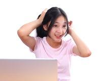Schöne asiatische Frau, die Laptop-Computer auf weißem Hintergrund verwendet Lizenzfreies Stockbild