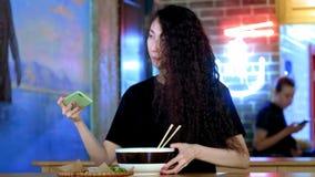 Schöne asiatische Frau, die selfies auf einem Smartphone nimmt Junges asiatisches Mädchen machen Foto mit pho Suppe am Cafégeschä stock video footage