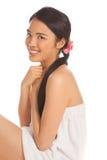 Schöne asiatische Frau in einem kurzen Bademantel lizenzfreie stockbilder