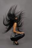 Schöne asiatische Frau in entfernter Weste Stockfotos