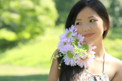 Schöne asiatische Frau mit Blumen Lizenzfreie Stockbilder