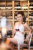 Schöne asiatische Frau mit einem Glas Wein Stockbild