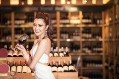 Schöne asiatische Frau mit einem Glas Wein Lizenzfreie Stockbilder