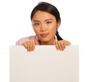 Schöne asiatische Frau mit einem Schild lizenzfreie stockbilder