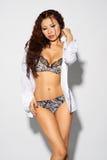 Schöne asiatische Frau nackt im Hemd Lizenzfreie Stockbilder
