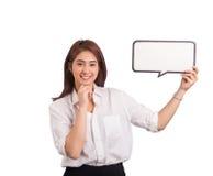 Schöne asiatische Frauen mit sprechen Blase auf weißem Hintergrund Stockfoto