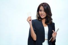Schöne asiatische Frauenstellung des Porträts, Grifftablette und nameca Lizenzfreies Stockbild