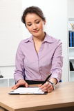 Schöne asiatische Geschäftsfrau, die im Büro arbeitet Lizenzfreies Stockbild