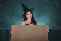 Schöne asiatische Hexenfrau mit leerer Fahne Lizenzfreie Stockfotos