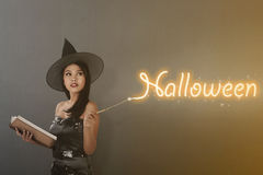 Schöne asiatische Hexenfrau mit magischem Stab Stockfoto