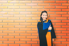 Schöne asiatische Hochschulstudent im aufbaustudiumen-Frau, die Zertifikat hält Stockbilder