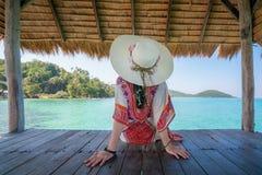 Schöne asiatische junge Frau, die in der Hütte an tropischem Erholungsort n sich entspannt stockbild