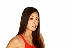 Schöne asiatische junge Frau, welche die Kamera betrachtet Lizenzfreies Stockfoto