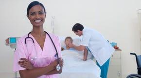 Schöne asiatische Krankenschwester mit Doktor und Patienten Stockfotografie