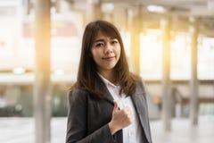 Schöne asiatische lächelnde Geschäftsfrau lizenzfreie stockfotos