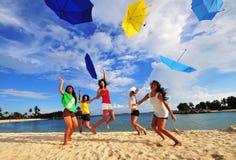 Schöne asiatische Mädchen, die Spaß am Strand haben Lizenzfreie Stockfotos