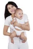 Schöne asiatische Mutter und ihr Baby stockbild
